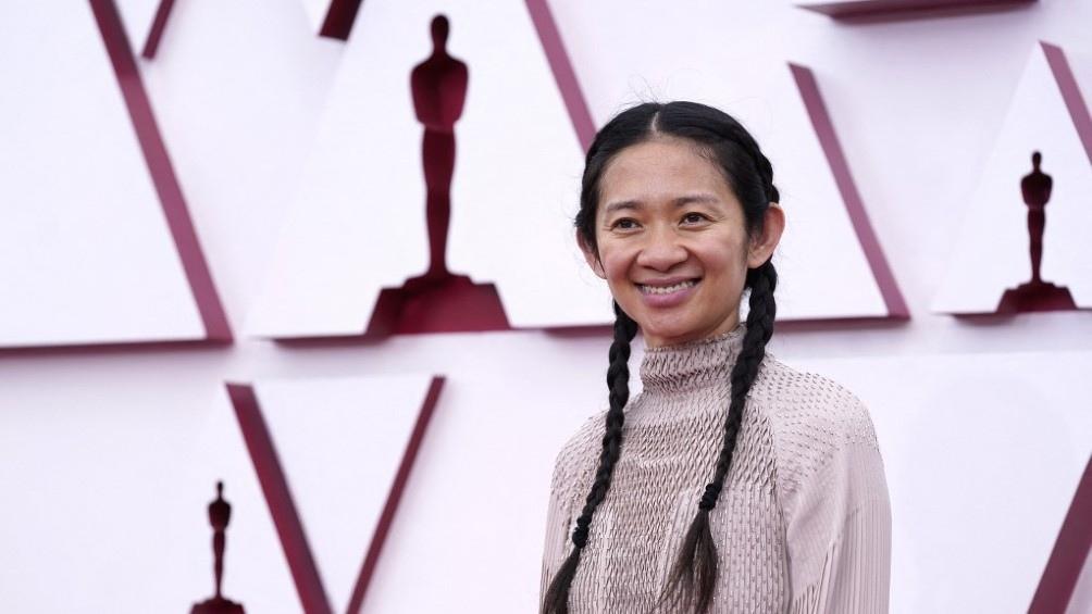 """Chloé Zhao, premio a la Mejor Dirección por """"Nomadland""""."""