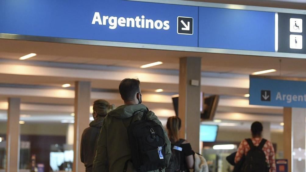 En el avión de American Airlines, junto al pasajero contagiados, viajaron 258 personas más 16 tripulantes