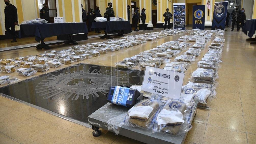En el operativo se secuestró cocaína, marihuana, dinero en efectivo y armas, entre otras cosas.
