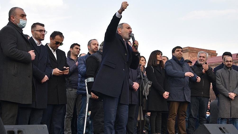 Pashinian, un experiodista liberal de 46 años, convocó a sus seguidores a celebrar la victoria.
