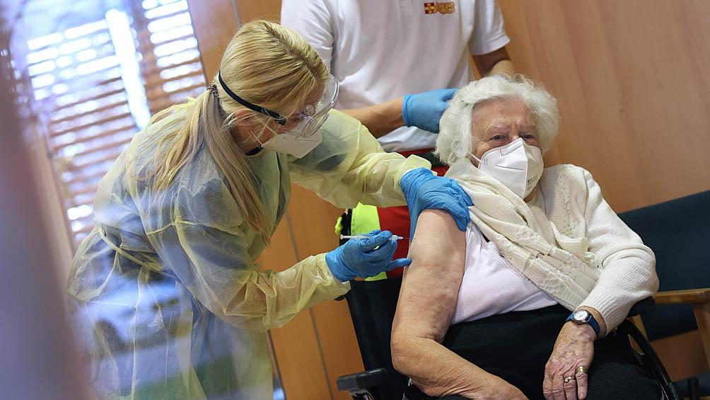 La Agencia Europea de Medicamentos (EMA) autorizó cuatro vacunas en la región: las desarrolladas por Pfizer/BioNTech, Moderna, AstraZeneca (se requieren dos dosis) y Johnson & Johnson (de inyección única).
