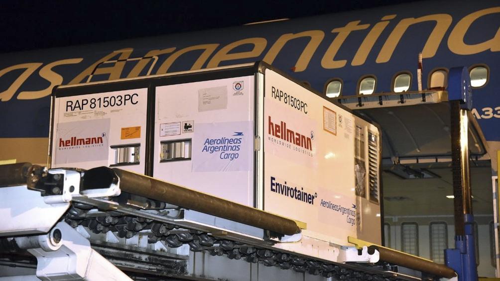 Llegada de uno de los cargamentos con vacunas Sinopharm a la Argentina.
