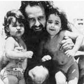 Osvaldo Sivak -junto a dos de sus hijas- fue secuestrado dos veces.