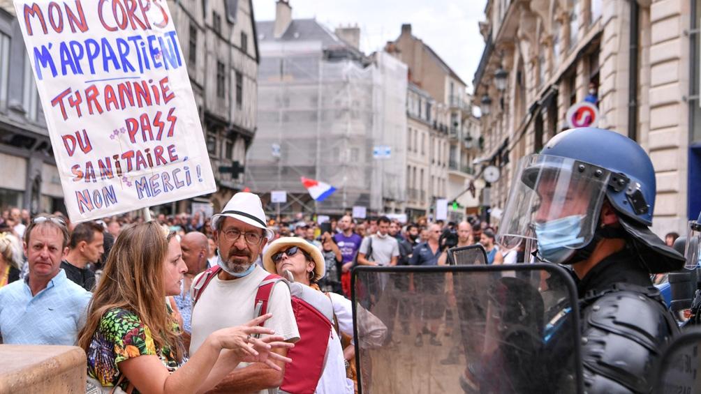 En Francia una ley contempla la inoculación obligatoria de los profesionales de la salud y de los que trabajan en contacto con personas vulnerables. Foto: AFP.
