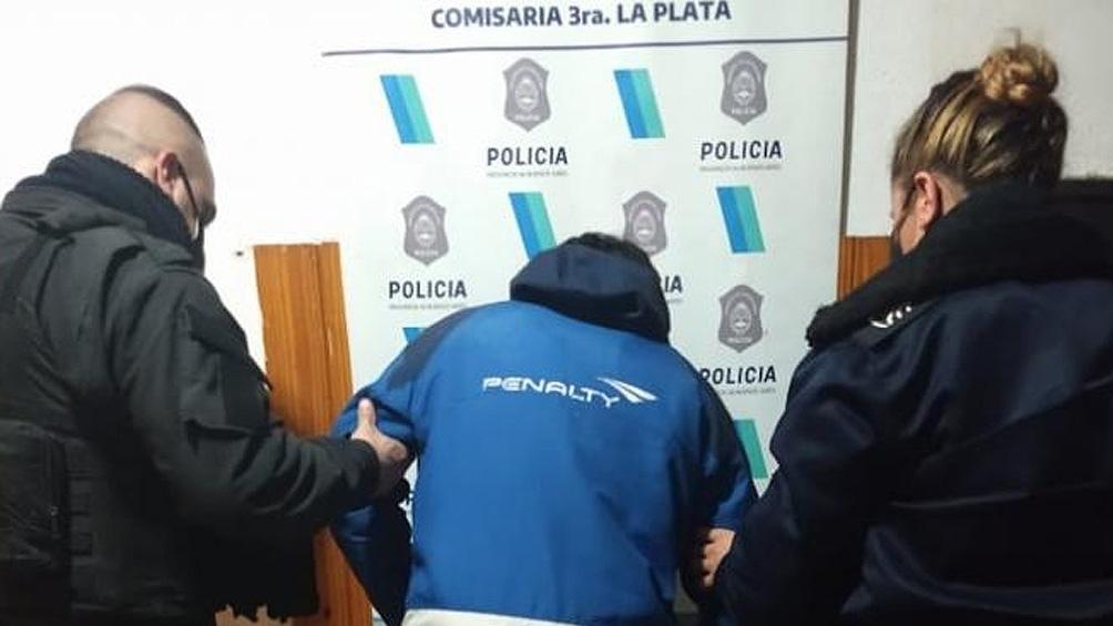 El hombre de 27 años fue detenido por golpear a su pareja de 22 en La Plata.